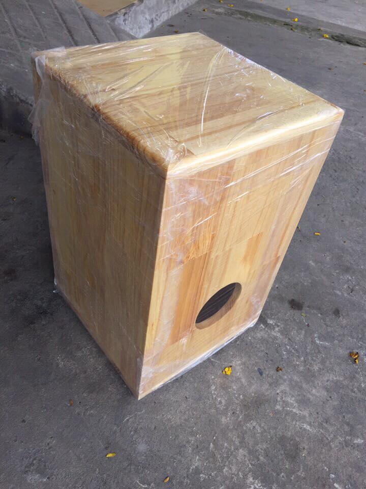 Mặt sau trống cajon gỗ thông chất lượng cho âm thanh hay và ấm