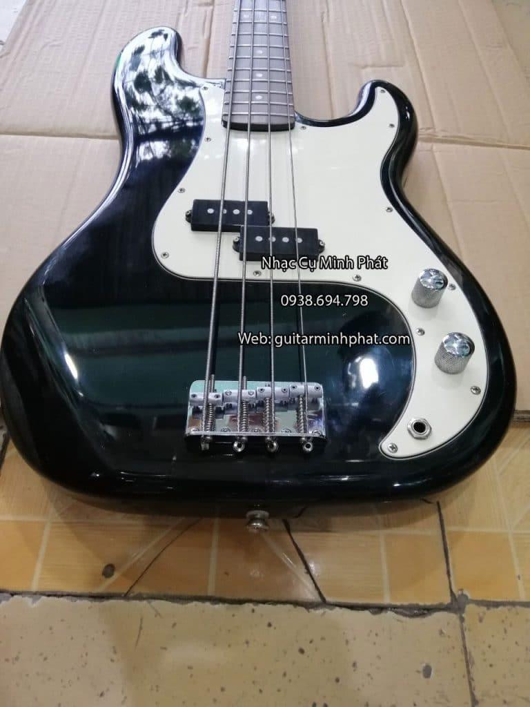 Mặt trước đàn guitar bass gồm 2 nút chỉnh inox và móc dây