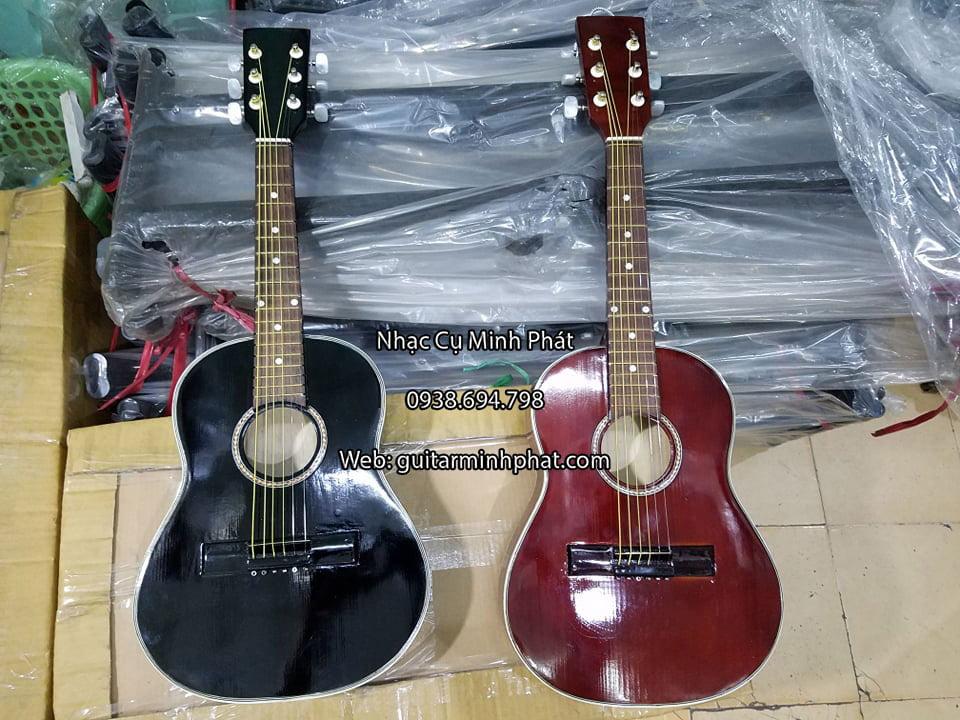 Đàn guitar mini với màu đỏ và đen phù hợp với các bạn nhỏ