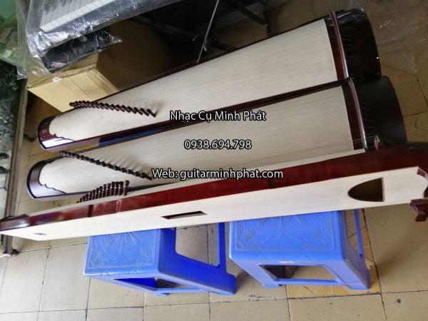 Đàn tranh 17 dây mặt và lưng gỗ ngô đồng . Xung quanh gỗ hồng đào