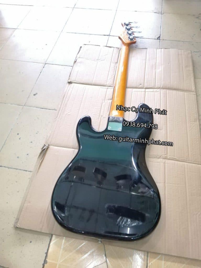 Mặt lưng đàn guitar bass đen bóng sang trọng