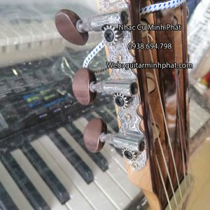 dan-guitar-classic-cam-lai-gan-khoa-cao-cap
