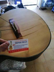 HÌnh ảnh trước khi sửa chữa đàn guitar bị bể nứt mặt top tại shop Guitar Minh Phát