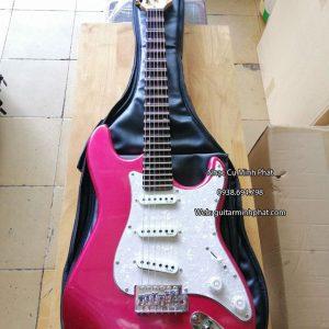 Bạn rất yêu thích các dòng nhạc truyền thống và muốn luyện tập thì đàn guitar cổ điện phím lõm màu đỏ đô là sự lựa chọn tuyệt vời. Đây là mẫu Đàn guitar điện phím lõm Fender giá rẻ tại tphcm. Bạn có thể yên tâm về chất lượng.