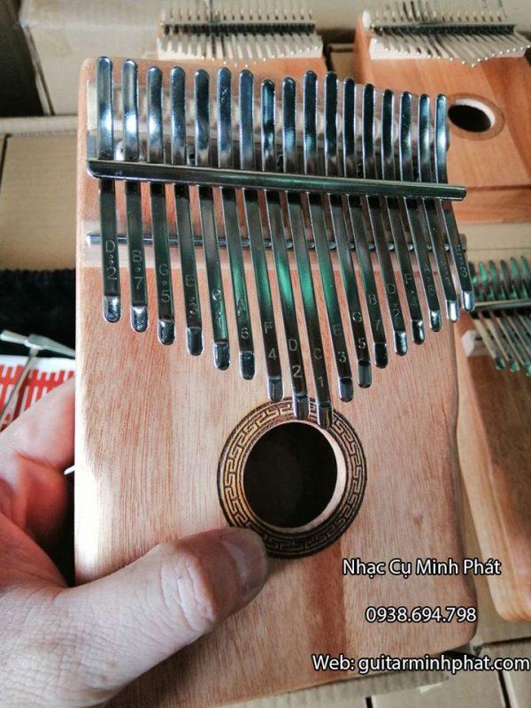 Đàn Kalimba 17 Phím - Phím đàn được làm từ thép mạ chống rỉ, trên mỗi phím đàn được khắc các nốt nhạc bằng công nghệ laser cực kì rõ nét.