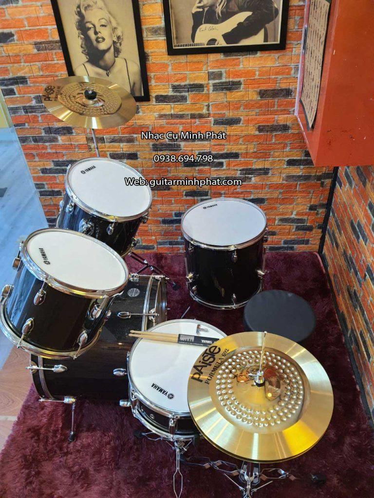 Bộ trống jazz yamaha cao cấp màu đen kim tuyến gồm 5 trống tom lớn cho âm thanh chắc tiếng hơn những bộ trống có tom nhỏ