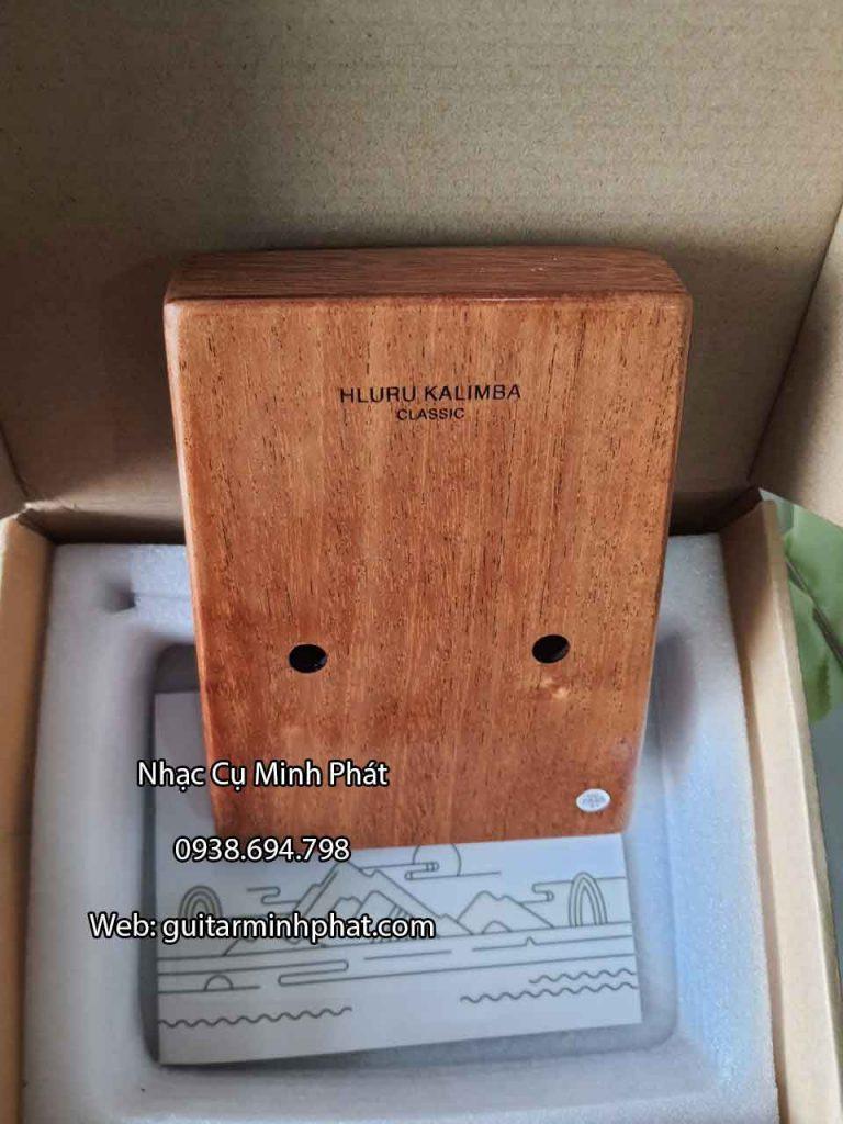 Chi tiết mặt lưng đàn kalimba hluru chính hãng được khắc lazer chữ nỗi