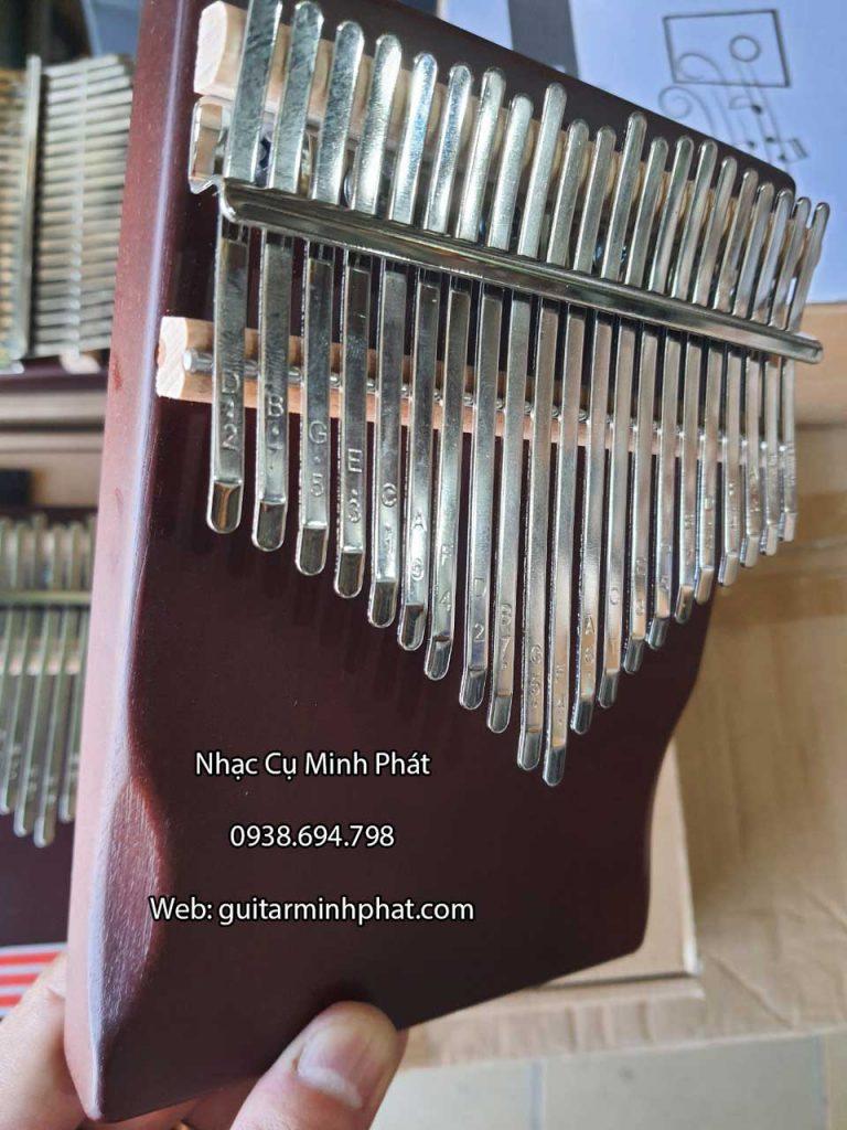 Các phím đàn được thiết kế bo giúp bấm không bị đau tay